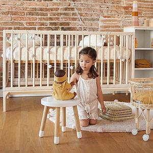 Babybett KERA in Esche mit Aufsatz Round-Sockelfuß Bevel