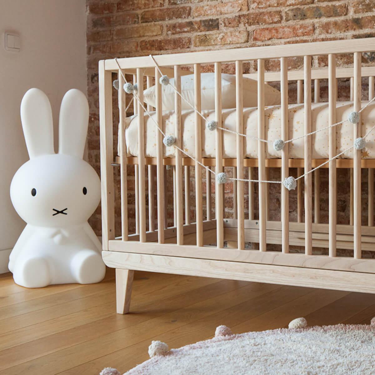 Babybett KERA in Esche mit Aufsatz Round-Sockelfuß Retro