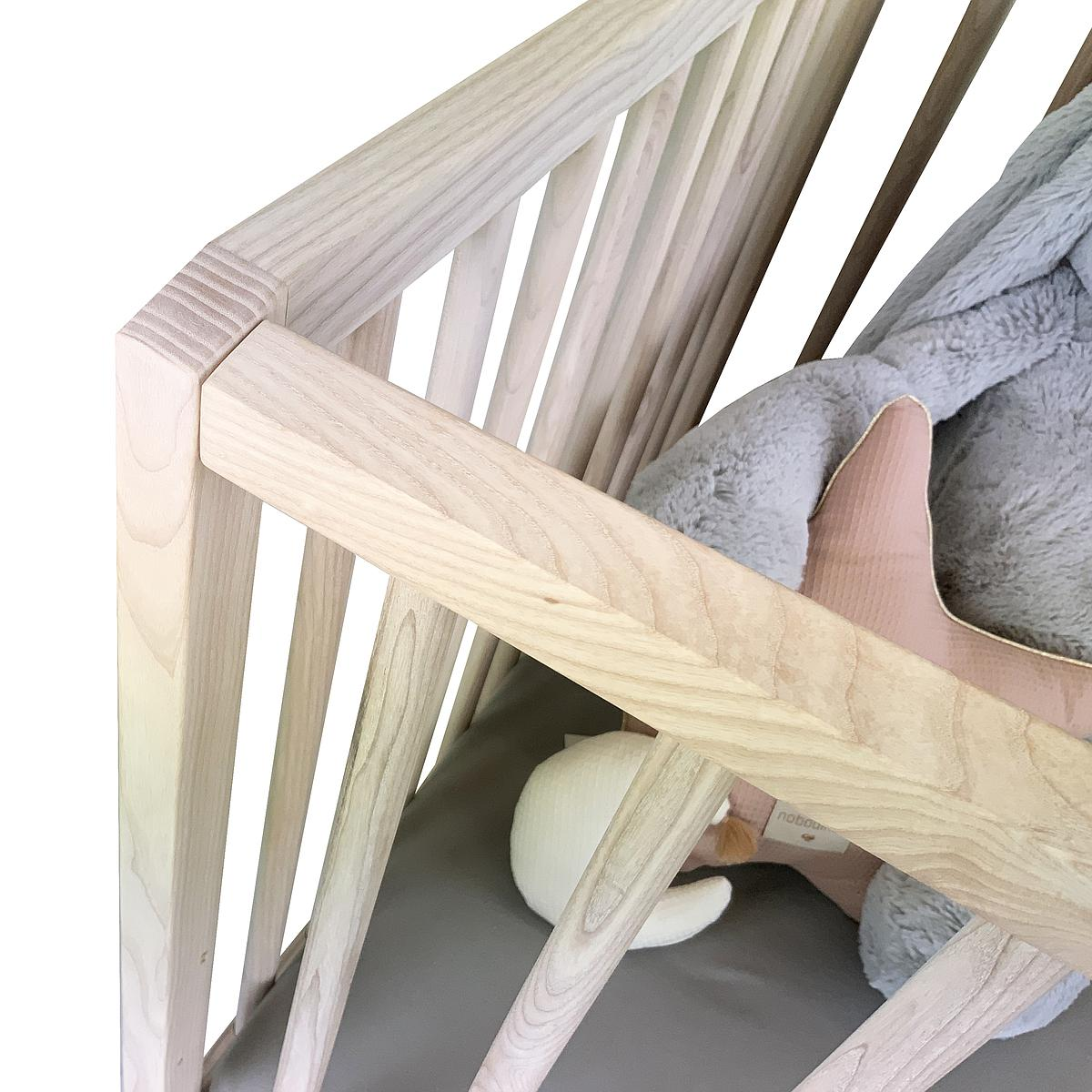 Babybett KERA in Esche mit Aufsatz Straight-Sockelfuß Bevel