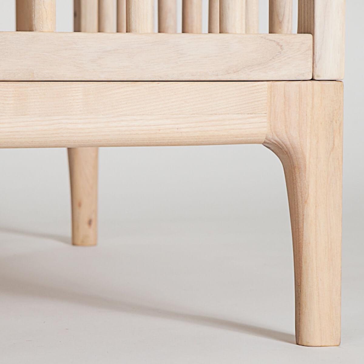 Babybett KERA in Esche mit Aufsatz Straight-Sockelfuß Curve