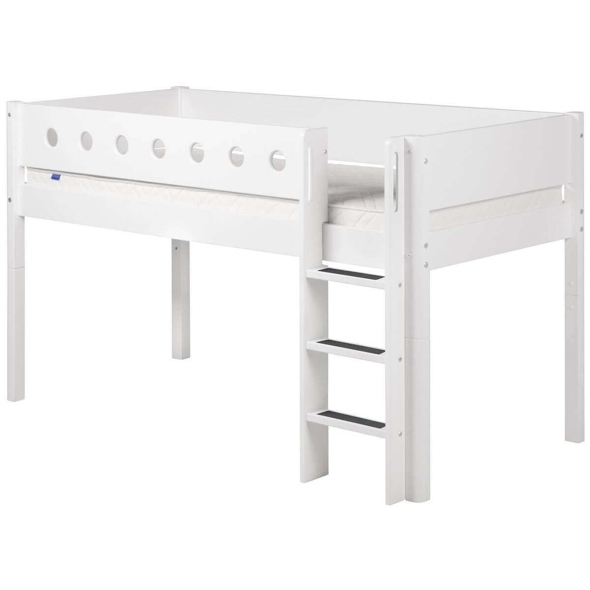 Halbhohes Bett 90x190 cm mit gerader Leiter WHITE by Flexa weiß