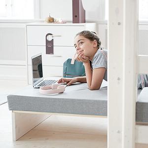 Hochbett mit integriertem Sofabett 90x190cm-Hängeschreibtisch-gerader Leiter (ohne Matratze) CLASSIC Flexa whitewash