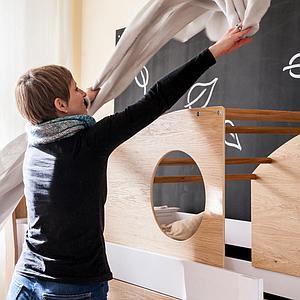Niedrige Spielbett-Kajuete halbhoch KASVA Debreuyn Buche massiv weiß-lackiert Eiche furniert-geölt