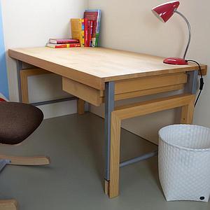 Schreibtisch durchgehende Platte ZIGGY de Breuyn Buche massiv-geölt Gestell metallic